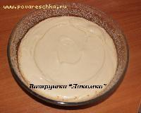 Форму смазать маслом, обсыпать сухарями и равномерно распределить тесто ,чтобы в середине было небольшое углубление
